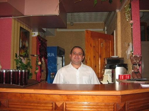 Работники кафе готовят для людей в погонах натуральный кофе.
