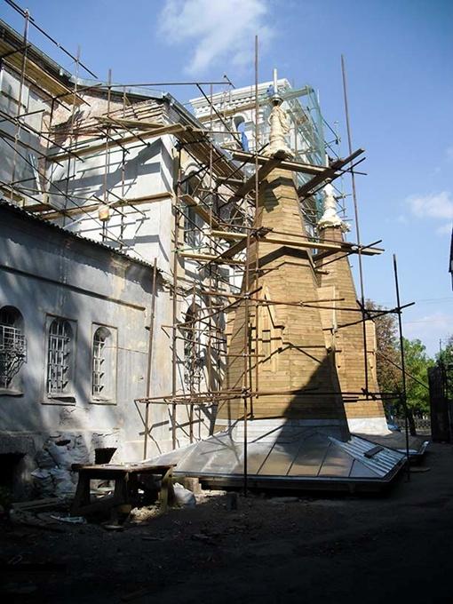 Деревянные шпили покроют металлом, и они станут благородного серого цвета.Фото Павла ДИНЦА.