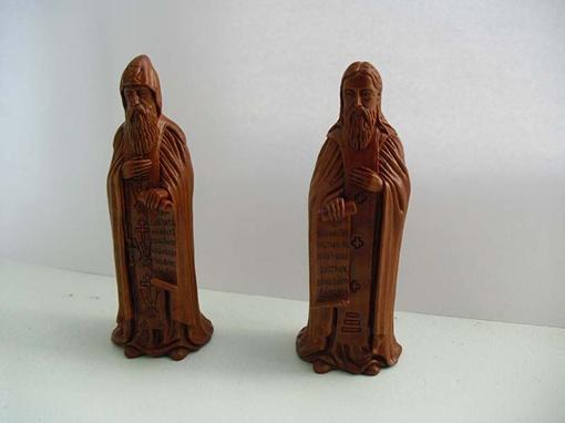 У святых Антония (слева) и Феодосия Печерских можно даже прочитать письмена на свитках в их руках!