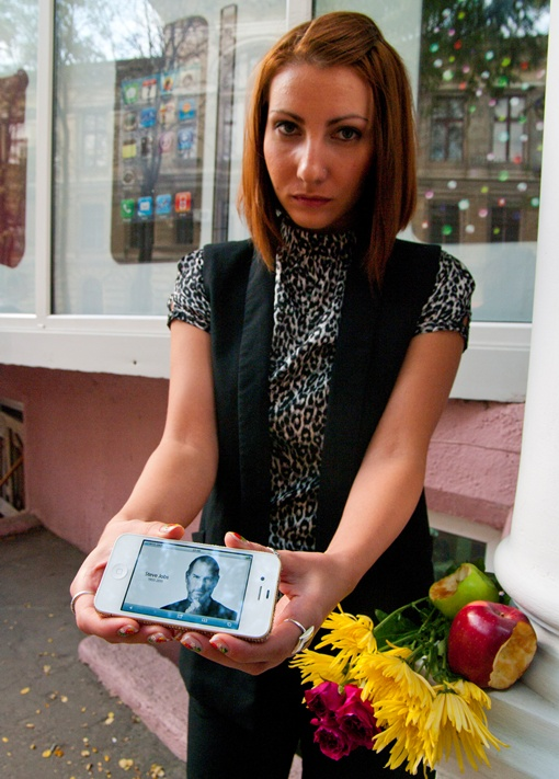 Поклонница Джобса у магазина. Фото Алексея Кравцова