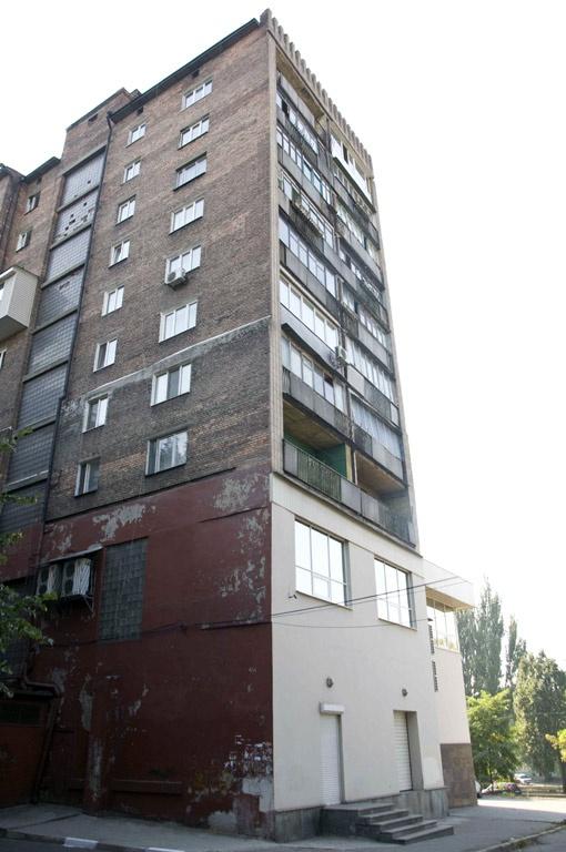 Вот в этой неприметной девятиэтажке прятался беглый преступник.