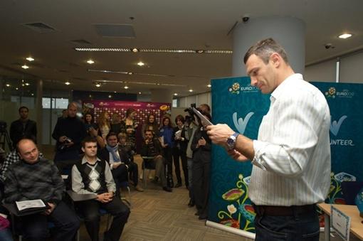 Кличко с волонтерами. Фото пресс-службы Фонда братьев Кличко