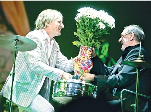 Олег Скрипка исполнил для Богдана Сильвестровича  песни в стиле джаз.