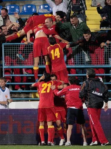 Игроки сборной Черногории, сыграв в ничью с англичанами (2:2) от радости на стенку полезли! Фото Рейтер.