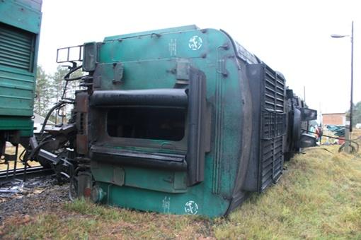 Поезд сошел с рельс. Фото МЧС