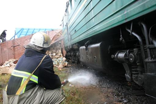 Один из перевернувшихся вагонов был загружен консервами. Фото МЧС