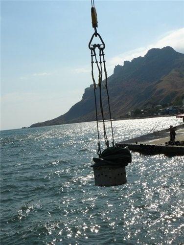 Риф вместе с парашютом опустили в море.