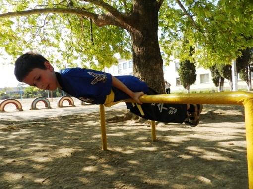 Мальчик занимается в акробатической секции