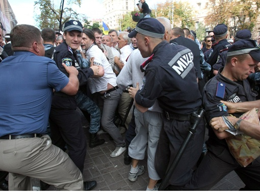 Арест экс-премьера спровоцировал на улице потасовки митингующих и милиции.