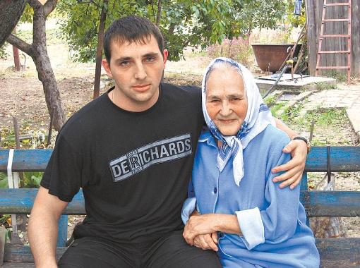 За 74-летней Евгенией Запарой, которая после аварии с трудом передвигается, ухаживает внук Саша.