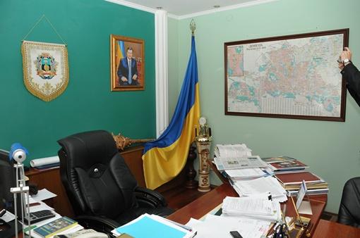 В  кабинете Александра Лукьянченко на стене не обычная фотография президента, а фотокопия написанного кистью большого портрета.
