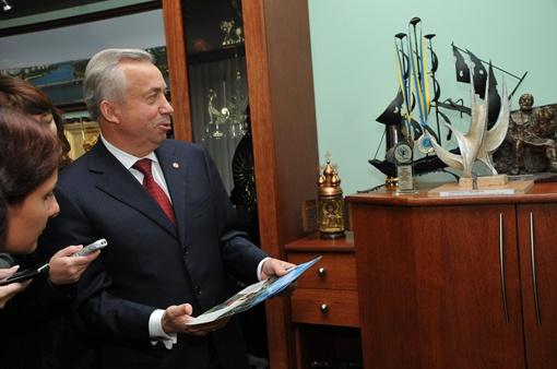 Хранит градоначальник и десятки подарков от донецких кузнецов.