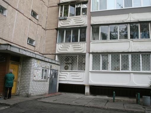 Загадочная квартира с улицы выглядит как нежилое помещение: окна завешаны фольгой, а снаружи установлены шесть кондиционеров.