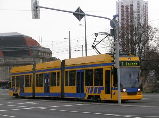 Трехсекционный низкопольный трамвай Bombardier NGT8 - один из самых распространенных в Лейпциге.