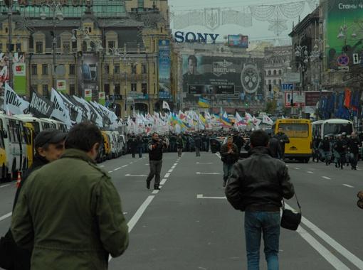 Во время заседания люди дважды перекрывали движение на центральной улице Киева - Крещатике.