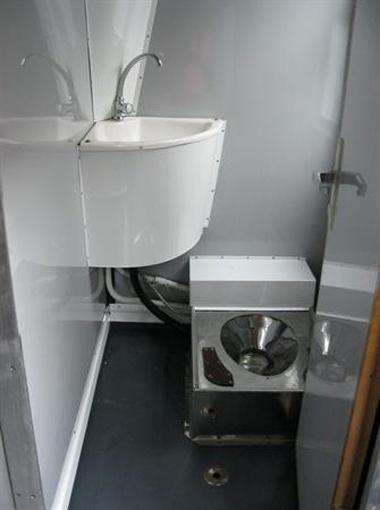 Во время запуска электрички журналистам показали  туалеты и... закрыли их.