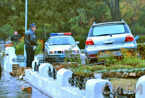 Автомобиль вытаскивали из клумбы. Фото: Сити