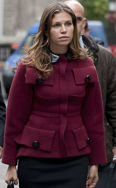 Даша пришла в суд в бордовом жакете с интересными деталями. Фото: Daily Mail.