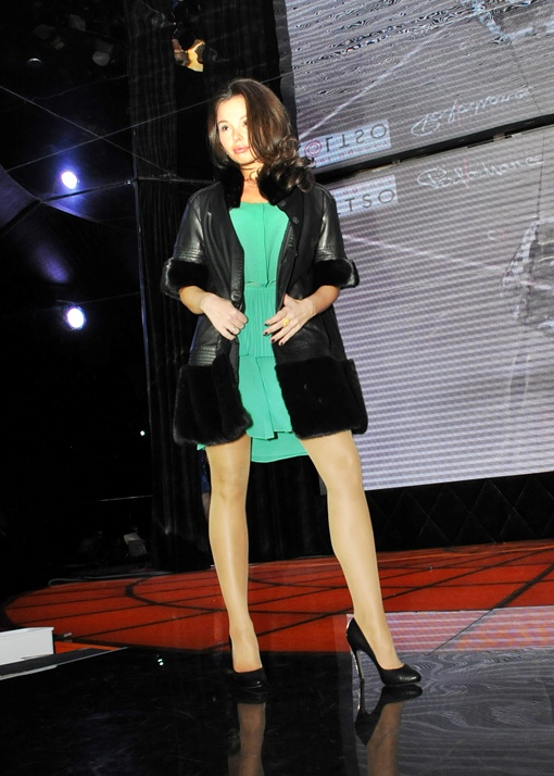На подиуме Алла Селезнева жилет  из  лисы,  платье  Robero  Furlanetto,  туфли  из кожи питона -