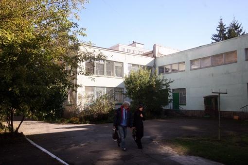 Вчера некоторые родители не решились оставить малышей в детсаду на Автозаводской, 47, из-за того, что там все еще холодно.