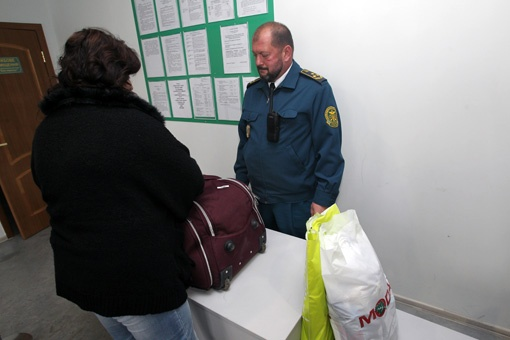 За туристами нужен глаз да глаз, они постоянно пытаются провезти сувениры более чем на 200 евро.