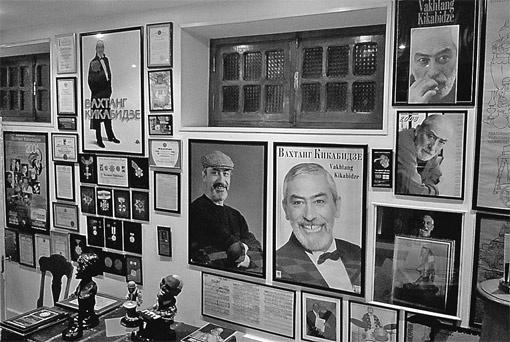 Это не музей, не выставка. Это прихожая дома Кикабидзе, увешанная его портретами, афишами концертов, плакатами к фильмам...