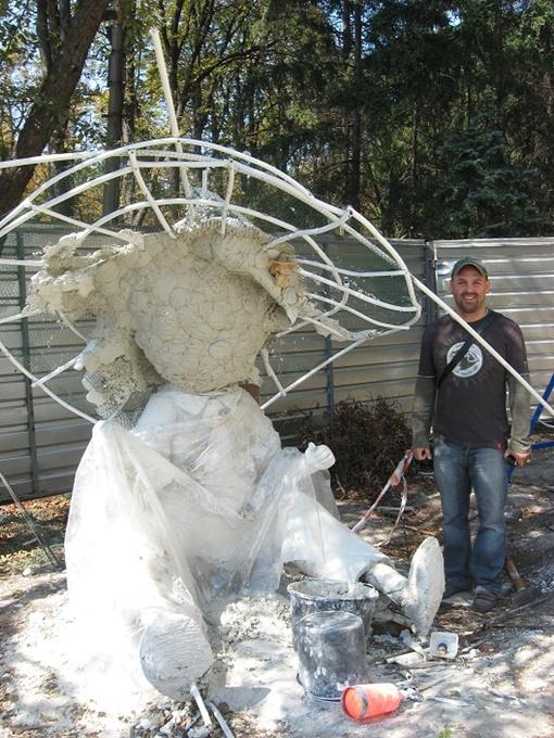 Мастер Алексей Степанов говорит, что рабочим приходится учитывать особенности менталитета и защищать скульптуры от хулиганов. Фото автора, Алексея БИТНЕРА и Юлии ЯРМОЛЕНКО.