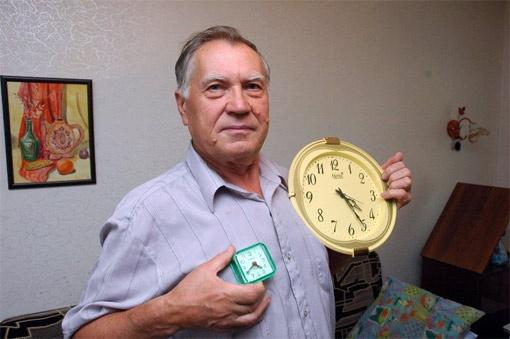 Николай Ломоносов  свои часы давно перевел вперед на 16 минут