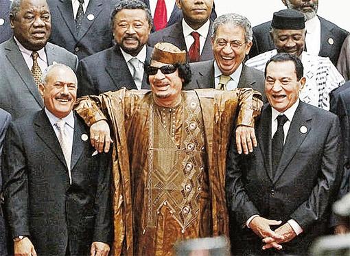 Всего год назад Муамар весело посмеивался вместе с теперь уже свергнутым лидером Египта Хосни Мубараком (справа) и президентом Йемена Али Абдаллой Салехом, который сегодня с трудом держится у власти.