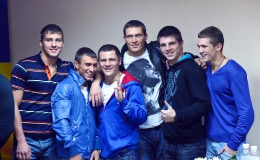 Василий Ломаченко, Денис Беринчик, Александр Усик, Евгений Хитров и Тарас Шелестюк готовятся осваивать новую жилплощадь.