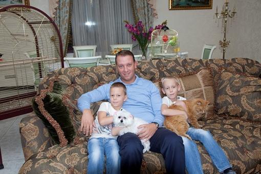 Дома у Юрия Крука живут два кота, черепахи, попугаи, канарейка и болонка.