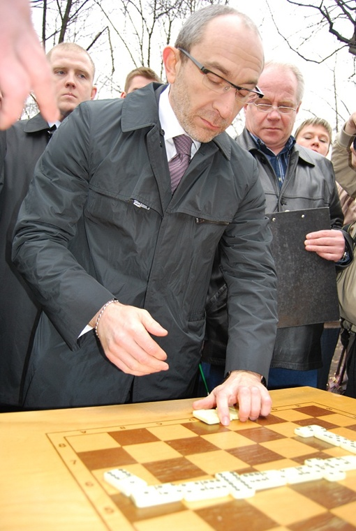 Геннадий Кернес силен и в играх - харьковчанам он демонстрировал навыки игры в домино и шашки.