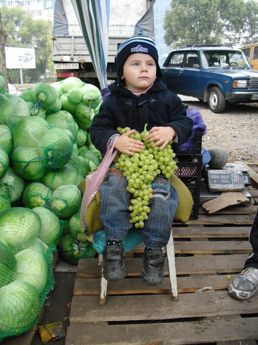 Винограда много не купишь - он дорогой, а вот капусточкой сейчас самое время запасаться впрок.Фото Павла ДИНЦА.