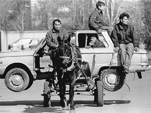 Какой только бизнес не освоили болгарские цыгане. Даже сдачу автохлама в утиль. На фото - цыгане везут по улицам Софии старенький советский