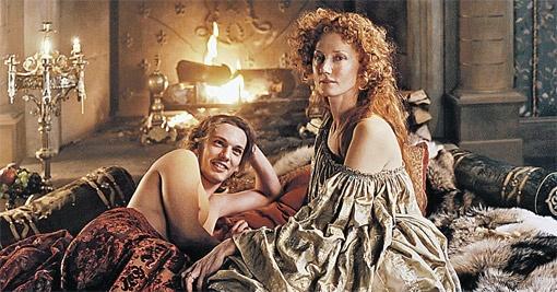 В фильме у молодого графа Оксфорда (Джейми Кэмпбелл Бауэр) случается бурный роман с Елизаветой (Джоэли Ричардсон, дочка Ванессы Редгрейв, сыгравшей здесь же королеву в более солидном возрасте).