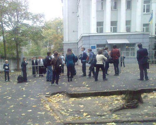 Целая толпа следила за дракой. Фото: litsa.com.ua