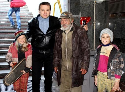 Президент Фонда волонтеров Украины Тимофей Нагорный со своими подопечными и местным бомжом.