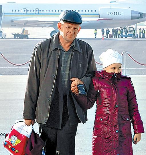 Папа и дочка перед отлетом. Фото Андрея МОСИЕНКО.