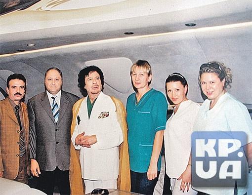 Каддафи со своим ближайшим окружением - телохранителями и медсестрами. Среди них - Галина Колотницкая (крайняя справа), которой молва приписывала роман с Муамаром. И Оксана Балинская (вторая справа), чьи откровения вы можете прочитать на этой странице.  Фото из архива