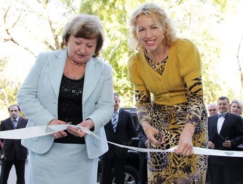 Валентина Арбузова и Екатерина Юрченко торжественно перерезают символическую ленту