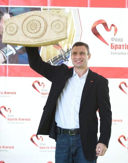 Чемпион мира по версии WBC получил очередную награду. Фото пресс-службы Фонда братьев Кличко.