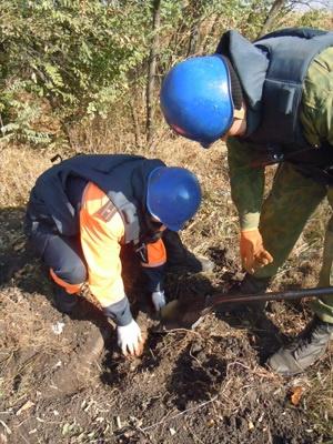 - Пиротехники работали очень аккуратно, ведь в любой момент мог произойти взрыв.Фото центра пропаганды ГУ МЧС в Днепропетровской области.