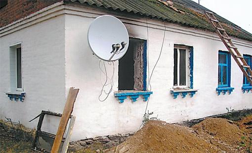 Восстанавливать дом семье помогают коллеги главы семейства Михаила из Червоноармейского профессионального лицея.