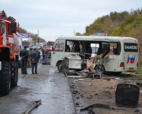 В Саратове бензовоз протаранил школьный автобус: двое детей погибли. Фото: Андей СМАЙЛОВ