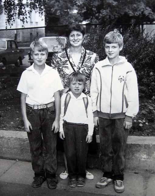 Людмила Ротань всегда поддерживала стремление сыновей стать футболистами, как отец. На фото слева направо: Руслан, Алексей, Петр.