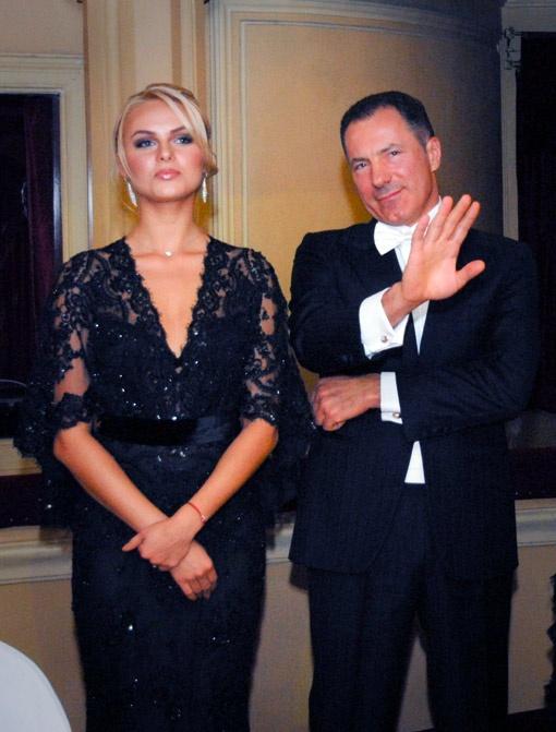 Николай Рудьковский защищал право на танец с красивой блондинкой - актрисой Анной Ивановой.