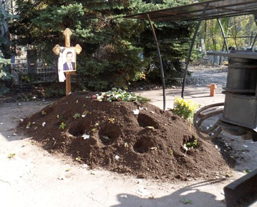 По слвоам строителей по ночам здесь выкапывают цветы. Фото: comments.ua/