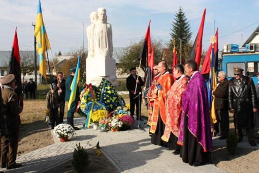 Памятник оуновцам установили в центре села, его высота - более трех метров. Фото Ивана МАРИЯ.