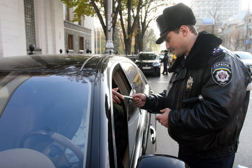 На замечания инспектора о том, что перед Радой нельзя парковаться, водители отвечали вопросом: