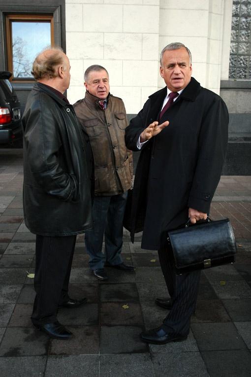 Регионал Ярослав Сухой (на фото справа) из-за ограждения просит милиционеров не волноваться.